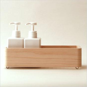 お風呂の象徴・檜の香りがふわりと香る、ボトルの収納ボックス。高級木材である木曽檜を使った、贅沢な一品です。檜はバスタブにも使われるくらい水にも強いので、安心して使えます。職人さんが、1つ1つ丁寧に作った、手作業のあたたかみも感じられますよ。