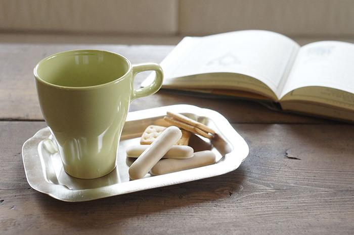 ブレイクタイムにも、本や新聞が欠かせないアナタに。マグカップをスタイリッシュに見せてくれる、シルバートレイをお勧めします。アンティークな優しい輝きが、スマートに、優雅に時間を使うアナタにピッタリです。
