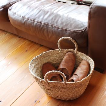 お客様用のスリッパを入れたり、ソファの横でブランケットを入れたりするのに◎。