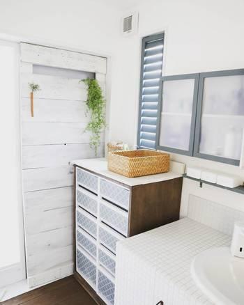 脱衣所にさりげなく置くのもおすすめ。着替えはもちろん、タオルなど「すぐに使うもの」をすっきりと収納してくれます。