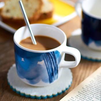 セットでデザインされているカップ&ソーサーと違って、季節に、または気分に合わせて、コースターとのコンビネーションを替えられるのもマグカップの楽しさです。