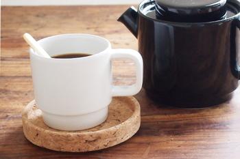 軽いのに滑りにくいコルクの安定感は、熱いカップとの相性も抜群です。