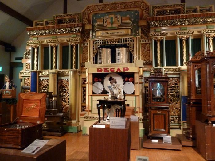館内では様々なレトロなオルゴールを見ることができます。オルゴール以外にも自動演奏のオルガンやバイオリン、人形なども展示されていて、1日の間に15~20分のコンサートが計14回行われています。