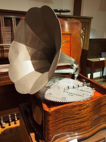 一見蓄音機のようですが、これは蓄音機とオルゴールの兼用器。オルゴール・蓄音機の両方の機能を備えています。オルゴールしかなかった時代から蓄音機が生み出されるまでの間に誕生した、とされています。