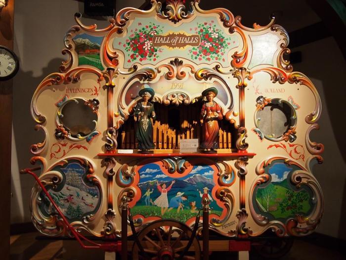 自動演奏オルガンの「ハーヴェスト」。裏側についているハンドルを回すと「カッコウ・ワルツ」が流れます。オルガン以外にも太鼓やシンバルなどの打楽器の音も加わり、華やかな演奏を行います。