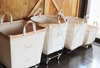 キャスターが付いているタイプは珍しいですが、取り込んだ洗濯物を畳んで収納するシーンなど、作業がお部屋をまたぐ時には嬉しい機能です。