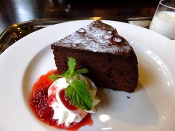 ケーキやドリンクのメニューも充実していますので、休憩やお茶にもおすすめ。ゆったりと流れる時間を楽しんでください。