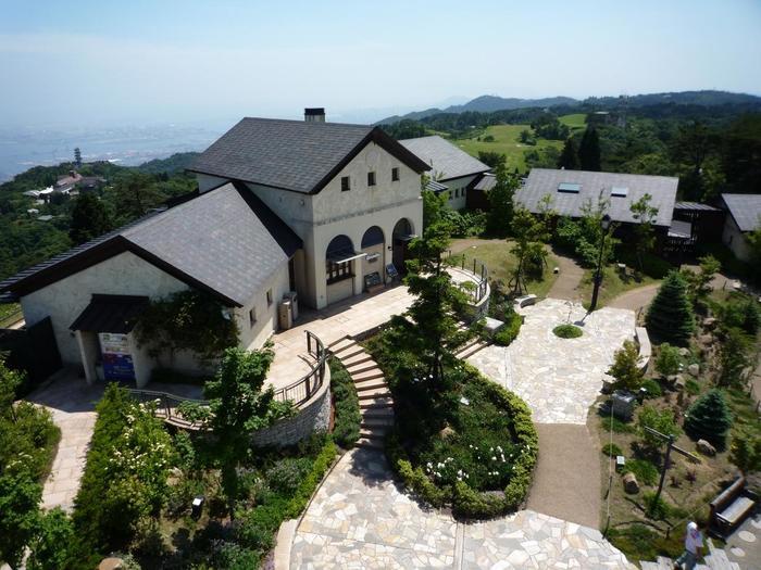 展望台に複数のショップ・レストランが集まった「六甲ガーデンテラス」。イングリッシュガーデンが広がり、六甲山の自然とはまた趣きの異なる庭園も見所の一つです。