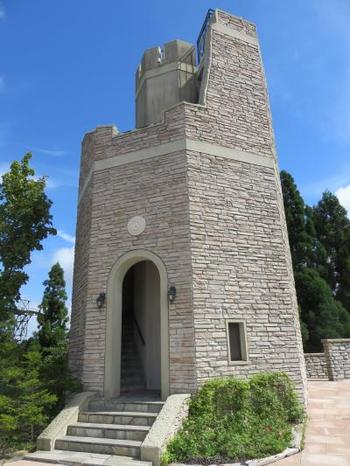そのうちの一つがこの「見晴らしの塔」。ヨーロッパの古塔がモチーフの塔に登れば、視界を遮るものが何もないので、六甲山上で一番のパノラマの景色が見られます。