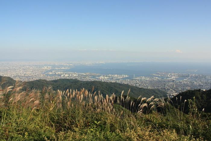神戸の街はもちろん、遠く大阪南部の関西国際空港やあべのハルカスまで見渡せる抜群の眺望。六甲ガーデンテラス内には、見晴らしのいいスポットがいくつもあります。