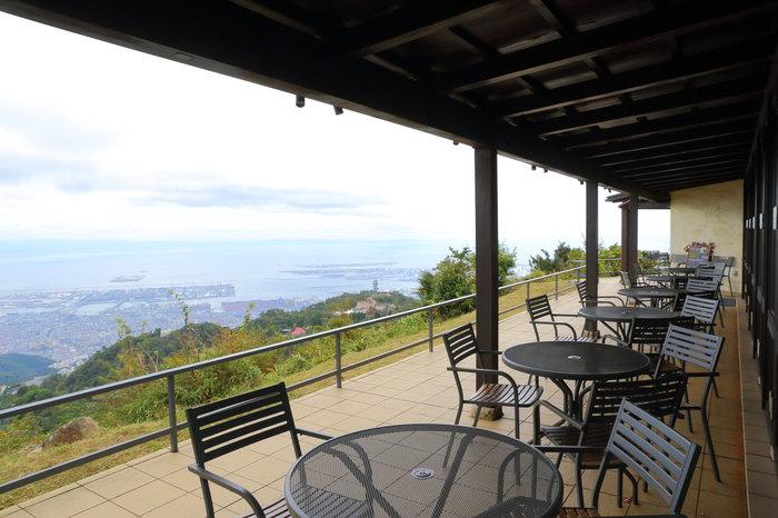 神戸から大阪にかけて一望できる、とびきりの眺望が魅力の「グラニットカフェ」。「グラニット」とは花崗岩(かこうがん)のことで、六甲山の大部分が花崗岩から成っていることに由来します。