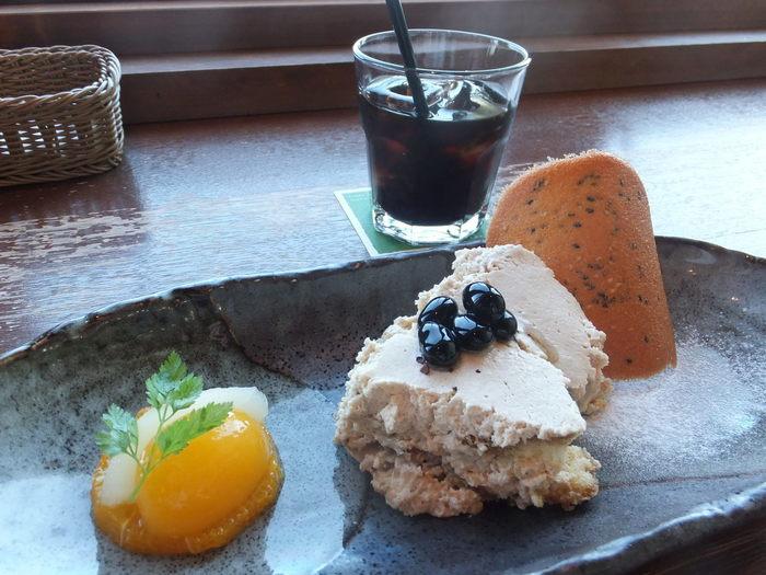 こちらは「丹波黒豆のティラミス」のデザートセット。デザートにも地元兵庫県の食材が使用されています。絶景を眺めながらのティータイム、つい長居してしまいそうですね。