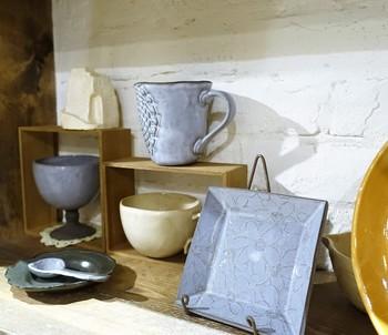 2階が陶芸スタジオになっていて、世界にひとつだけのオリジナル陶器作品を手軽に簡単に作ることができます。また絵付けコースもありますので、記念品などのプレゼント作りにも最適です。