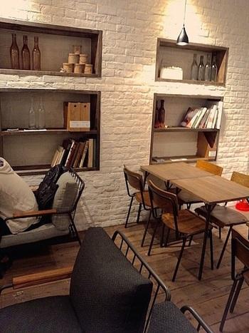 陶器雑貨の販売スペースの奥に、カフェスペースがあります。木のぬくもりあふれる落ち着いた店内では素敵なティータイムを過ごせそうですね。