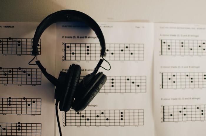 楽器を習えば技術だけでなく音楽に対する知識も深まる上に、曲の聴こえ方、ライブコンサートの楽しみ方、音の感じ方も変わってきたりと、今まで知らなかった新しい世界がひらけてくるはずです。