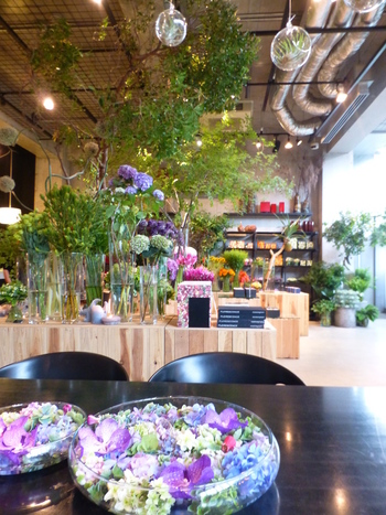 色とりどりのお花に囲まれた美しい店内。お友達同士はもちろん、お子様連れでもOKです◎