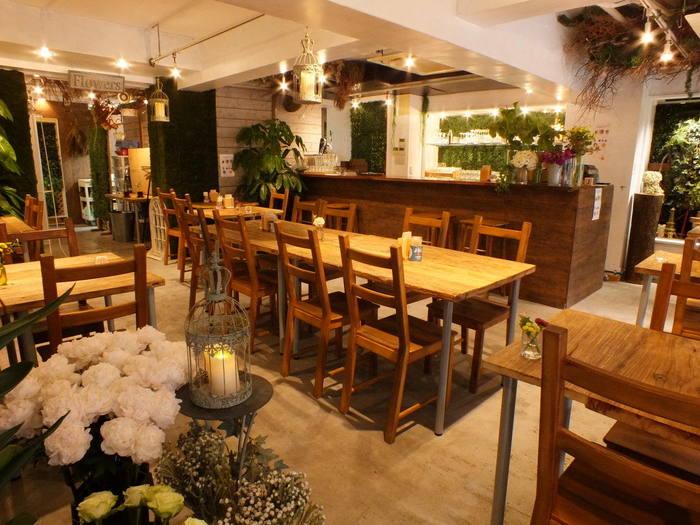 店内は木のぬくもりを感じるテーブル席。広々としていて落ち着ける空間になっています。お花の良い香りが漂い、オフィス街にいることを忘れてしまいそう…♪