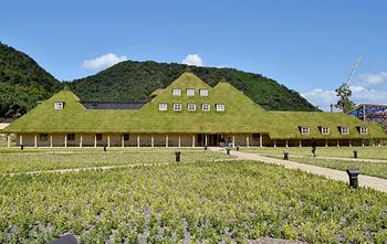 建築家・藤森照信さんが設計した美しい「草屋根」は、屋根一面が芝で覆われた店舗。店内は吹き抜けの広々とした空間が広がり、1Fには和洋菓子のショップ、2Fには素敵なカフェがあります。