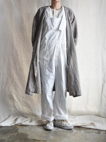 白のオーバーオールは全体的に色味のテイストを合わせればナチュラルに着こなせます。冬はニットを合わせて着こなしたいですね。