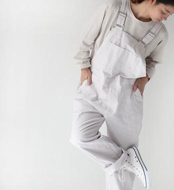 ストンと着られて締め付け感もない。ダボっとしたシルエットが可愛いオーバーオールやサロペット。でも、合わせるもの次第では子供っぽくなりすぎてしまうことも。