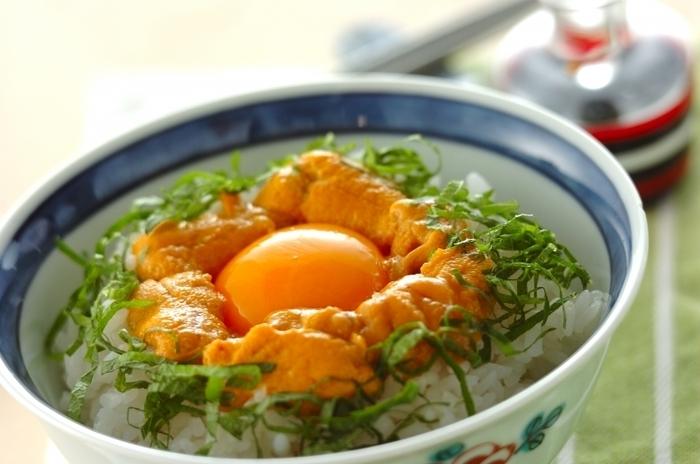 ウニと卵を組み合わせたかけごはんは、見た目も味も濃厚で贅沢な一品。大葉を散らせば彩りも爽やかです。