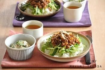 玉ねぎ×ひき肉をたっぷりと使ったタコライス風のごはんは、水菜やきゅうりなどの野菜も一緒にとれるヘルシーな一品。辛さ控えめの優しい味がします。