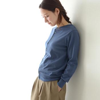 シンプルで上品なクルーネックカーディガンは、ボタンを上まで留めてサイズ感をチェックしましょう。袖口や裾のリブの長さや幅によってもシルエットが変わってきます。ウエスト部分がゆるやかなタイプを選ぶと合わせやすいですよ。