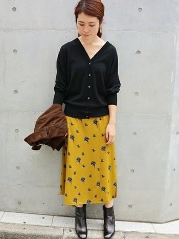 深めのVネックカーディガンは、抜き襟風に着こなしてこなれ感をだすのも◎マスタードカラーのスカートに、ゆったりとしたVネックカーディガンを合わせた秋らしいスタイリングです。