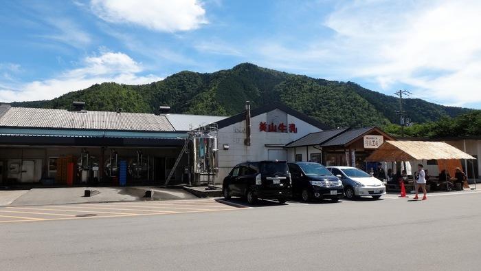 美山牛乳の直売所「美山のめぐみ 牛乳工房」は、ドライバーやライダーに人気のお店。美山牛乳の工場に隣接しています。
