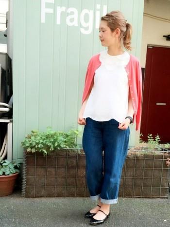 クルーネックカーディガンのインナーは、同じネックタイプを選ぶと襟のラインが可愛らしくすっきり見えます。白のノースリーブブラウスにピンクのカーディガンを羽織ったフェミニンなデニムスタイル。