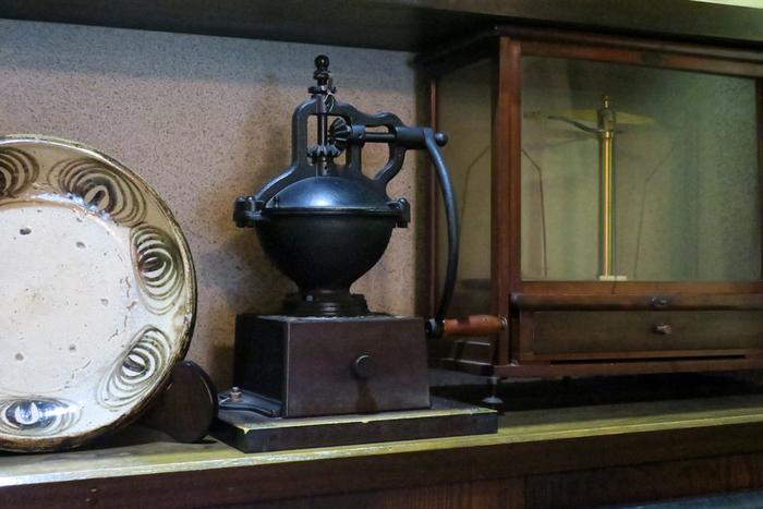本や陶器が飾られていて、落ち着いた雰囲気の書斎にいるかのような気分にさせてくれます。