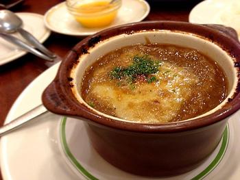 寒い日に、ふうふうしながら楽しむオニオングラタンスープ。体も心も、ほっこりと温まる魔法のスープです♪時短テクなど駆使しながら、あめ色玉ねぎの作り方をマスターして、ぜひこの冬の定番スープに。手間をかけたスープは、なによりのご馳走です。