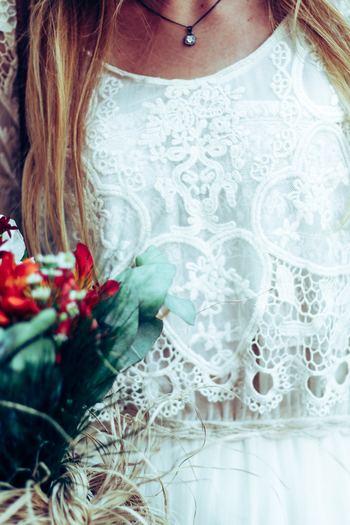 色は、花嫁さんが着る「白」はNG。最近ではバイカラーワンピースなどで上半身に白を持ってくるものなども増えていますが、着席スタイルの時には白を着ているように見えるので避けておきたいです。羽織りものも白も、格式高い挙式へ参列する場合は避けておいた方がベターです。