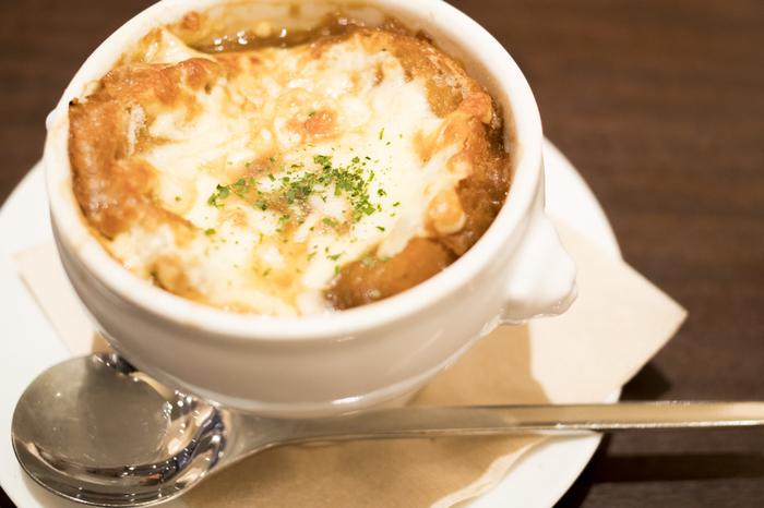 本場フランスでは、「スーパ・ロワニョン・グラティネ(soupe à l'oignon gratiné)」と呼ばれ、二日酔いにいいと言われています。またその他の国では、「フレンチオニオンスープ(French Onion Soup)」と大きな括りで呼ばれたりもしています。