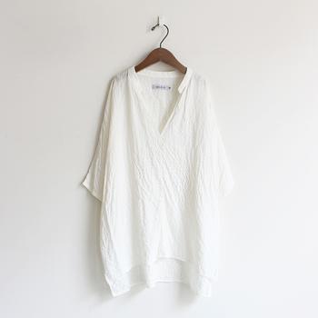 ゆったりリラックスした着心地の5分袖シャツ。肌触りのいい透け感のある素材で、とっても涼し気。小さな襟が可愛らしいアクセント。