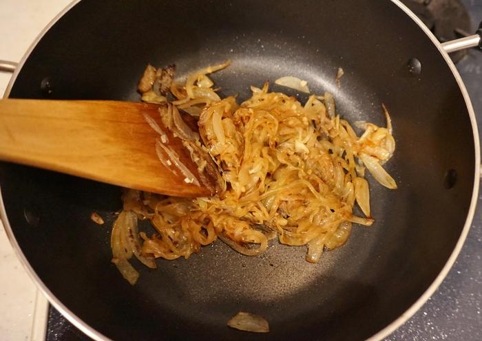 主役は、じっくり炒めて甘みを引き出したあめ色玉ねぎ。「西洋のかつおぶし」と呼ばれ、さまざまな洋風メニューのコク・うまみのベースとして使用されています。この玉ねぎを入れるか入れないかでスープのクオリティーは大きく変わってきます。