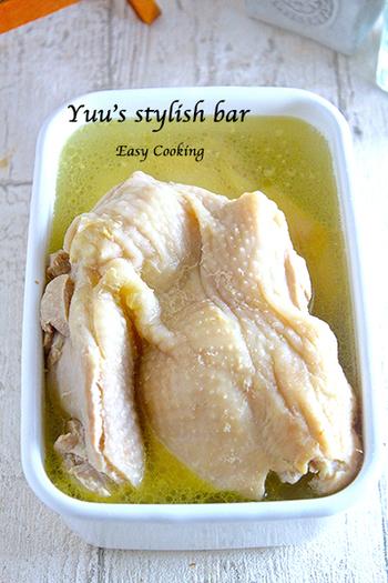 冷蔵で1週間保存可能!メイン料理にも使える、便利なゆで鶏の作り方です。茹で汁もスープなどに使えるので、浸けたまま一緒に保存しましょう♪
