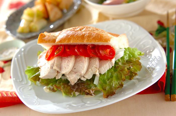 朝食や軽いランチにもぴったりの、ゆで鶏を使ったサンドイッチのレシピです。ナンプラーをプラスしたソースで、ちょっと変わったエスニック風の味わいに。野菜と一緒に挟めば、手軽にボリュームたっぷりの贅沢なサンドイッチが楽しめます。