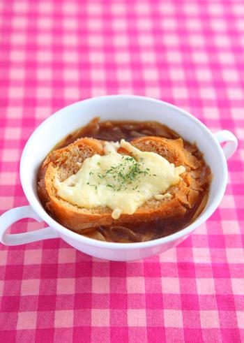 このレシピでは、玉ねぎをオーブンでこんがり焼いてから、あめ色に炒めています。ひと手間かけることで、うまみも甘みもたっぷり♪そのスープのおいしさがしみ込んだパンは、まさに絶品!