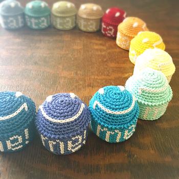 かぎ針編みでぬいぐるみをつくるように、ピンクッションを編んでみましょう!カラフルな色合いが可愛いスマイル柄のピンクッション。思わずにっこり笑顔になっちゃいますね。
