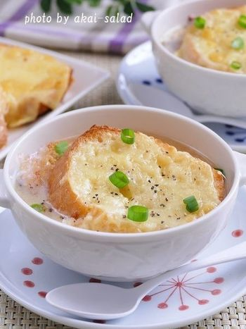白味噌仕立てのお味噌汁に、チーズバゲットを浮かべて、オニオングラタンスープ風に。たまにはこんな変わりオニオングラタンスープも楽しいですね。