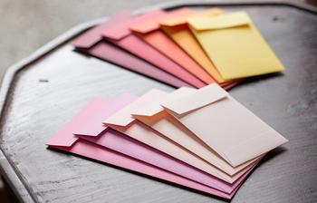 老舗の紙店・竹尾と中川政七商店がコラボした、高級感あふれる華やかな封筒です。手触りもよくしっかりとした紙質なので、受け取った側にも「おっ♪」と思ってもらえるはず。メッセージカードもついているので、一筆添えるのもお忘れなく。