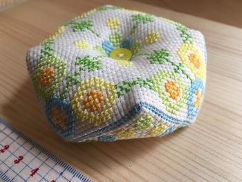 クロスステッチに慣れてきたら、こんな応用編はいかがでしょう?【ビスコーニュ】とは、正方形の布2枚の角を半分ずらしてとじあわせて中に綿を入れた八角形のピンクッションです。いびつな形が可愛いですね。