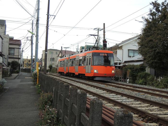 三軒茶屋と下高井戸区間を走る「東急世田谷線」。大都会でありながら、チンチン電車のような可愛いカラフルな列車でみんなに愛されています。