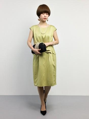シャープなライン、インパクトはあるけどシックな印象を与えるカラー、小物の合わせ方。結婚式に大人が取り入れやすいコーディネートですね。黒のパンプスは合わせやすいシンプルなものを一足持っていると色んなドレスに合わせやすいのでおすすめです。