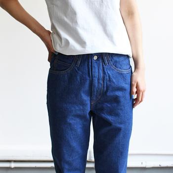 WESTOVERALLSのデニムでまず注目したいのが、ベルト部分。「オーバーオールの胸元のビブをカットして生まれた」というデニムの成り立ちを元にしているため、5ポケットのジーンズに使用されているベルト部分のパーツが省かれています。 だからウエストスッキリ。ハイウエストやトップスインが綺麗にきまるデザインなんです。