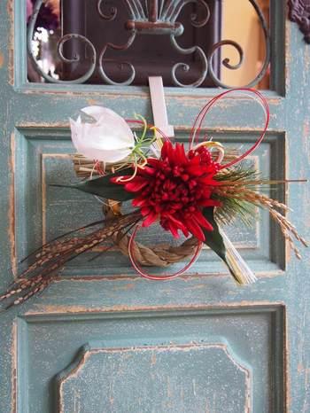 アートフラワーを使ったお正月飾りは、大ぶりな花が華やかです。 洋風建築で本来のしめ縄が似合わない家にも似合う、スタイリッシュなしめ縄です。