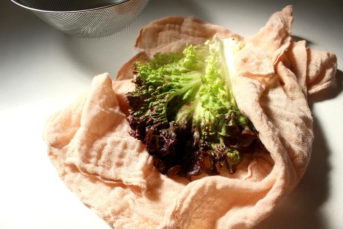 58cm角(花ふきんの場合)という大きめのサイズなので大物の葉野菜の水気もさっと取れちゃいます。