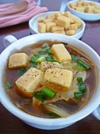 戻した高野豆腐を素揚げした、カリカリ食感の高野クルトンを、パンの代わりに。栄養価も高く、ヘルシーアップなオニオングラタンスープになります。