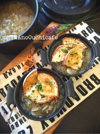 シナモン、オールスパイス、カルダモンなどのスパイスを使った、香り高いオニオングラタンスープ。バーミキュラ(無水調理鍋)で、うまみを逃さず、本格的な味わいに♪